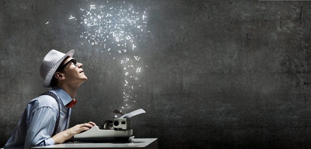 homme qui tape à la machine à écrire